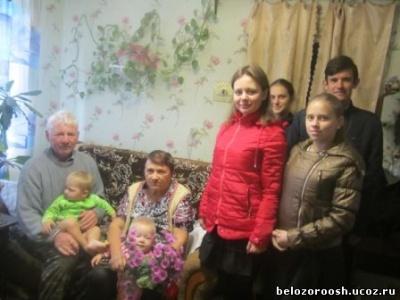 Волонтеры  поздравили учителей-пенсионеров.