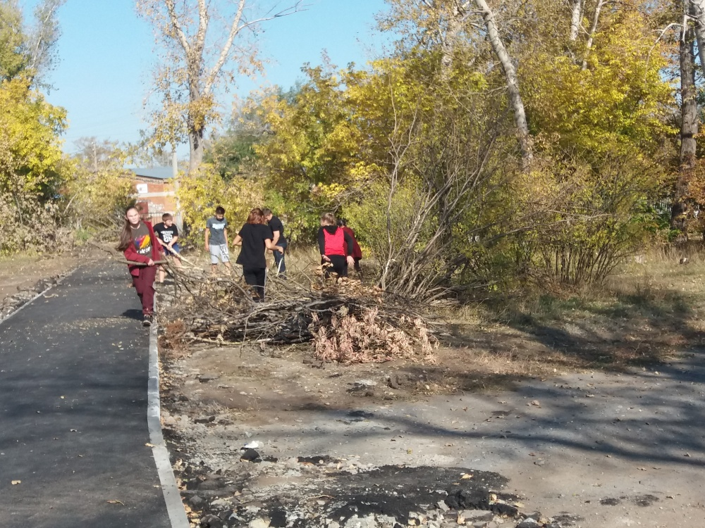 25 сентября 2020 жители п. Комсомольский приняли участие в благоустройстве парковой территории
