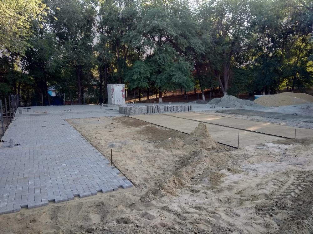 В селе Дерезовка на Воинском захоронении №195 в рамках областной программы содействия развитию муниципальных образований,  продолжаются работы по установке новой скульптуры солдата и благоустройства территории.