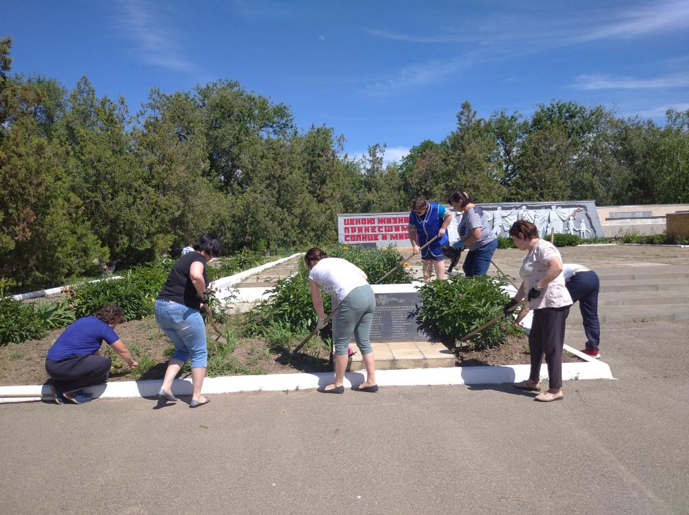 Коллектив МКОУ «Городовиковская СОШ №3» приняли участие в городском субботнике , пропололи клумбы убрали мусор на мемориале погибшим воинам в ВОВ.