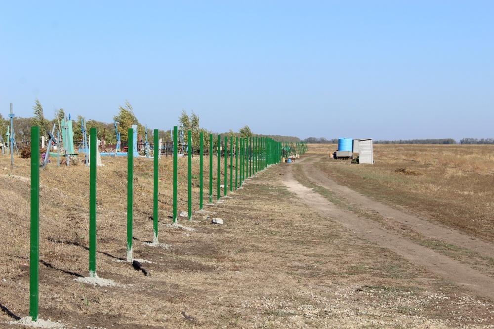 В ст. Камышеватской продолжается ограждение территории кладбища