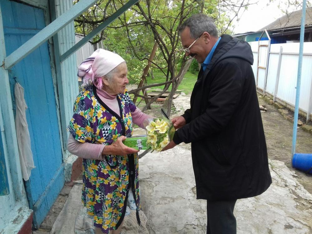 Накануне 76 годовщины Великой Победы глава Новониколаевского сельского поселения Дудка И.Г.  посетил тружениц тыла