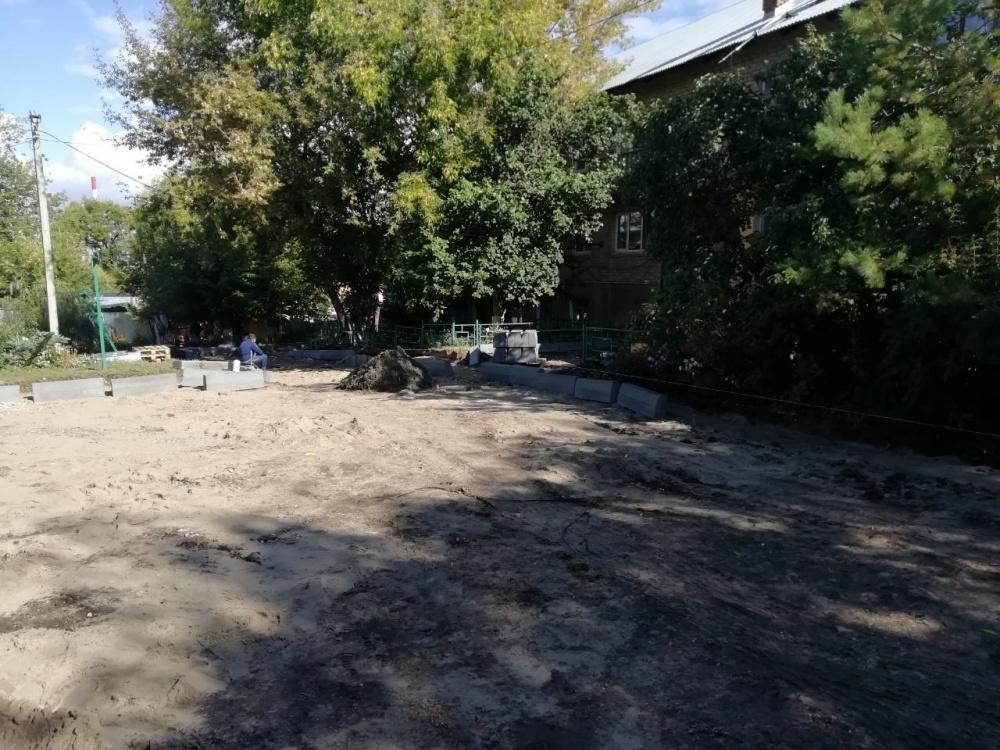 В посёлке Подстепновка по улице Львовская, ведётся ремонт дворового проезда с обустройством новых парковочных мест