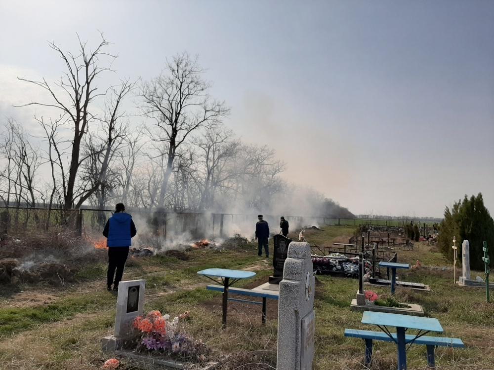 Уборка территории кладбища в п.Лазаревский