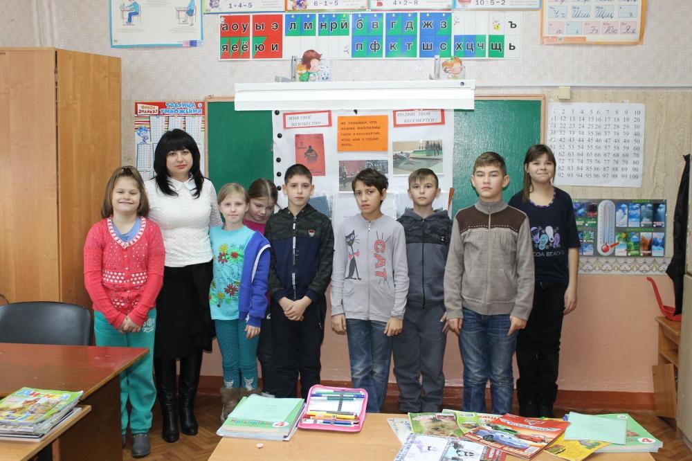3 декабря  сотрудники  Верхнемамонской детской библиотеки  провели в коррекционной школе  час информации ко Дню Неизвестного солдата  «Имя твоё неизвестно, подвиг твой бессмертен»