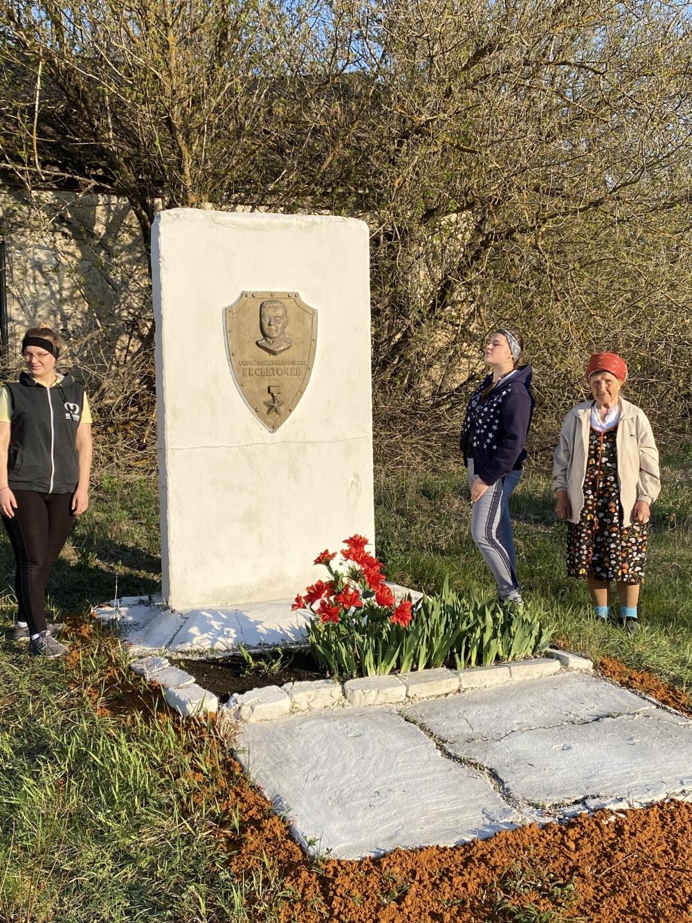 Волонтерами села Манино был приведен в порядок памятник Герою Советского Союза Г.Г.Светочеву
