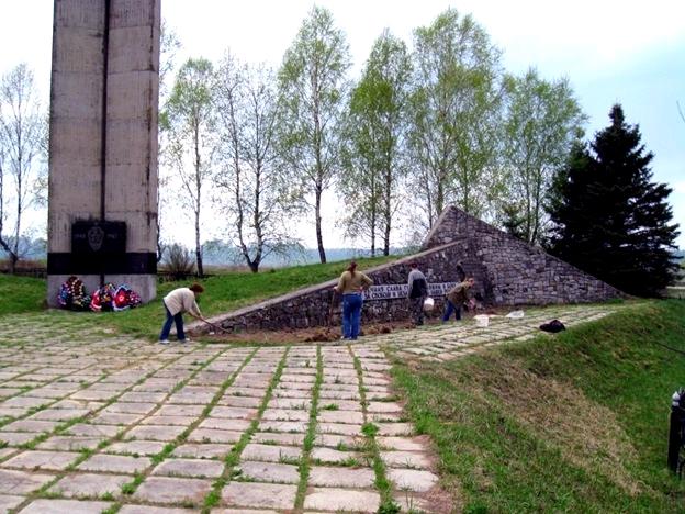 Памятник в д.Хлуднево