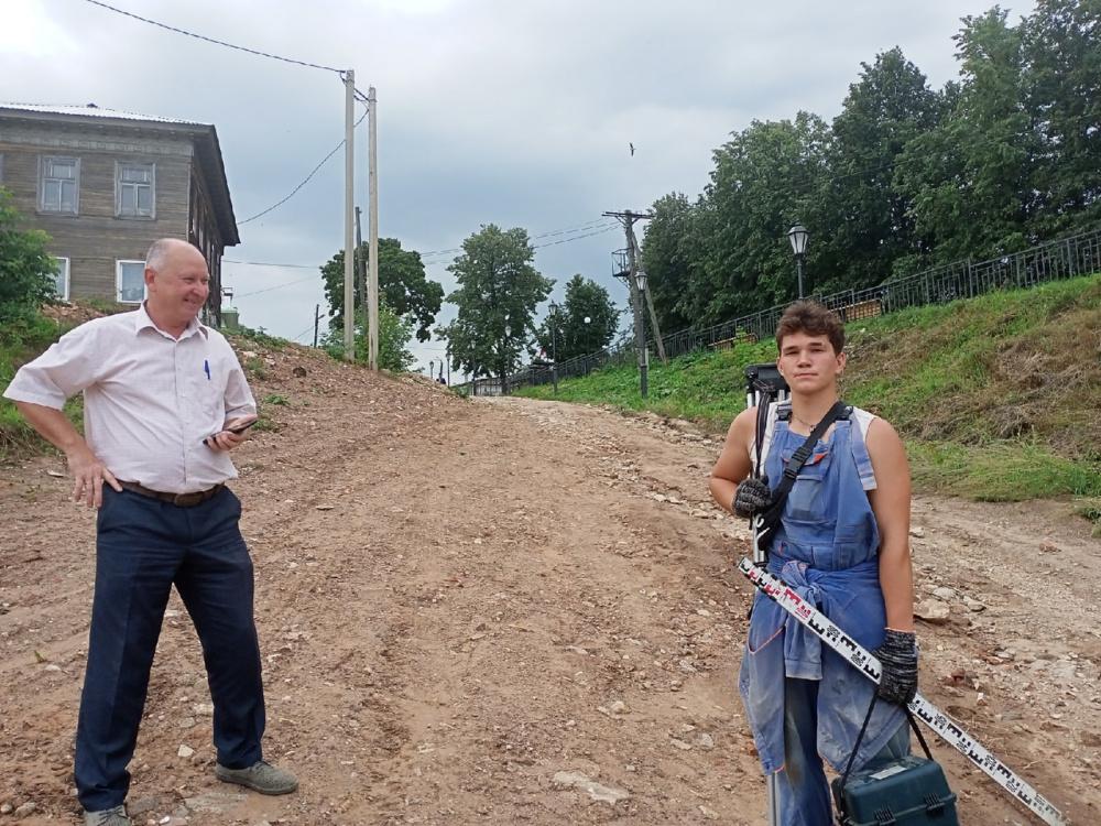 Алексей Карташев и Никита Злобин трудятся над благоустройством города