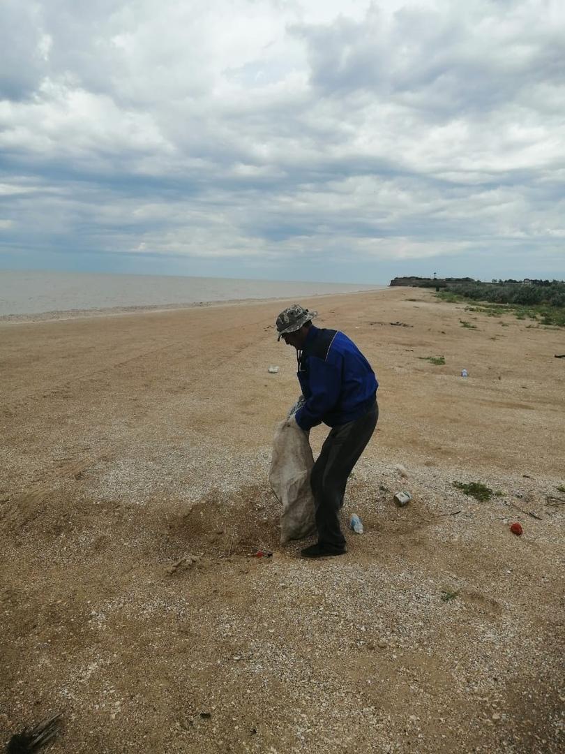 """Ежедневно работниками МУ """"Забота"""" проводится уборка пляжа (борьба с мусором)."""