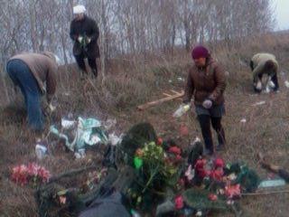 Субботник на кладбище. Работники социальной службы и администрации