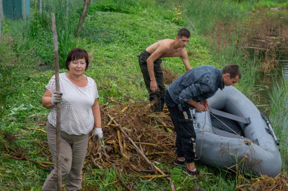 В поселке Мятлево всем миром очистили акваторию водоема