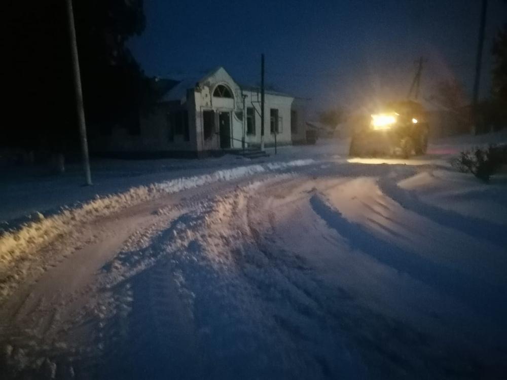 С 6 утра возобновились работы по расчистке дорог в станице Камышеватской
