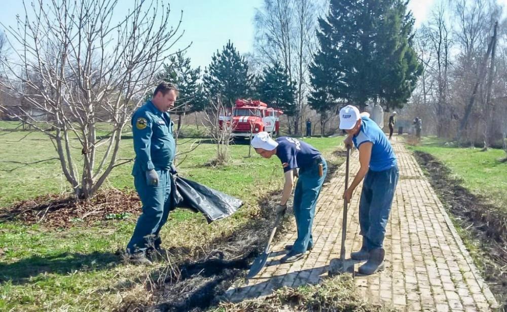 Пожарные из Мятлево провели субботник на воинском захоронении в деревне Богданово