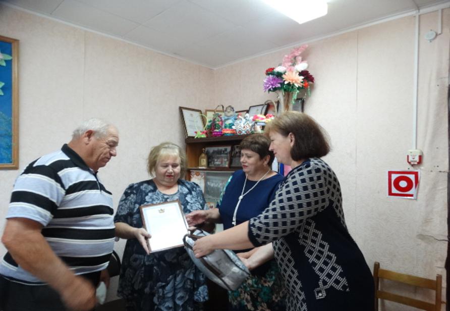 Супругов  Сапожковых: Александра Ивановича и Надежду Васильевну сотрудники администрации поздравили с 50 летием совместной жизни в честь Дня семьи.