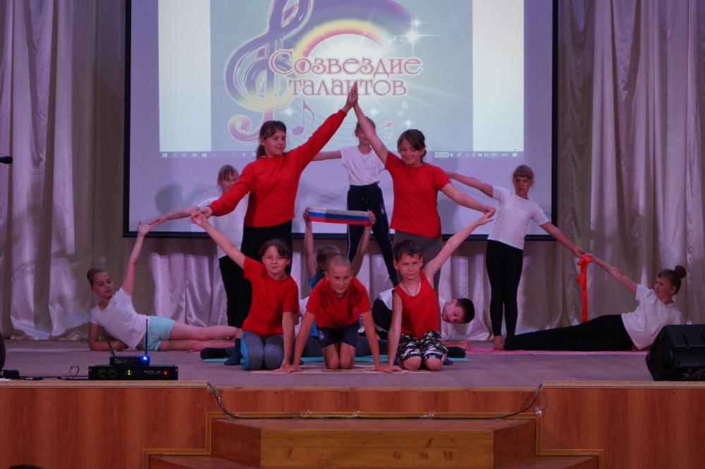 На сцене дома культуры приветствовали талантов детского лагеря «Солнышко» и трудового лагеря «Взлет»
