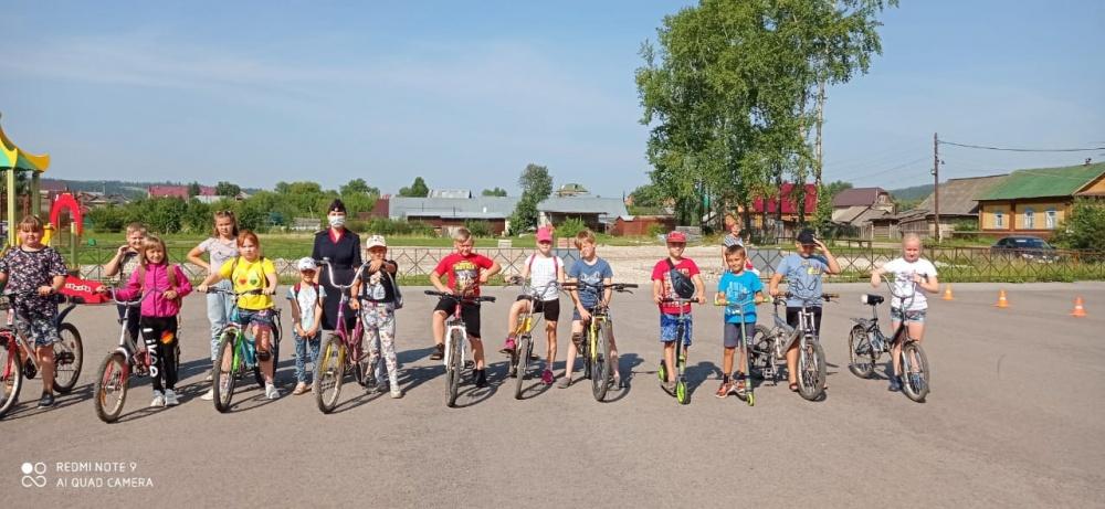 """В первой декаде августа госавтоинспекторы и общественники провели несколько профилактических мероприятий для детей, посещающих летние пришкольные площадки            5 августа 2020  прошло профилактическое  мероприятие """"Переходи дорогу правильно"""" для учащ"""