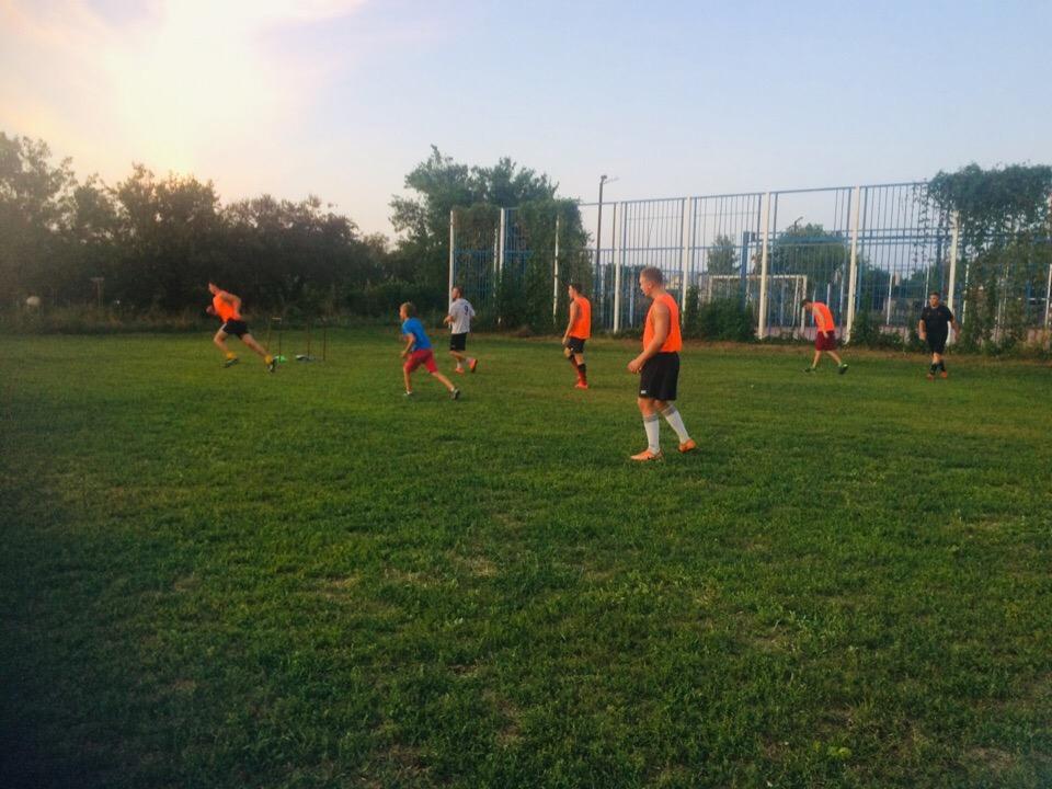 В предверии дня физкультурника на летней дворовой площадке прошли игры в футбол.