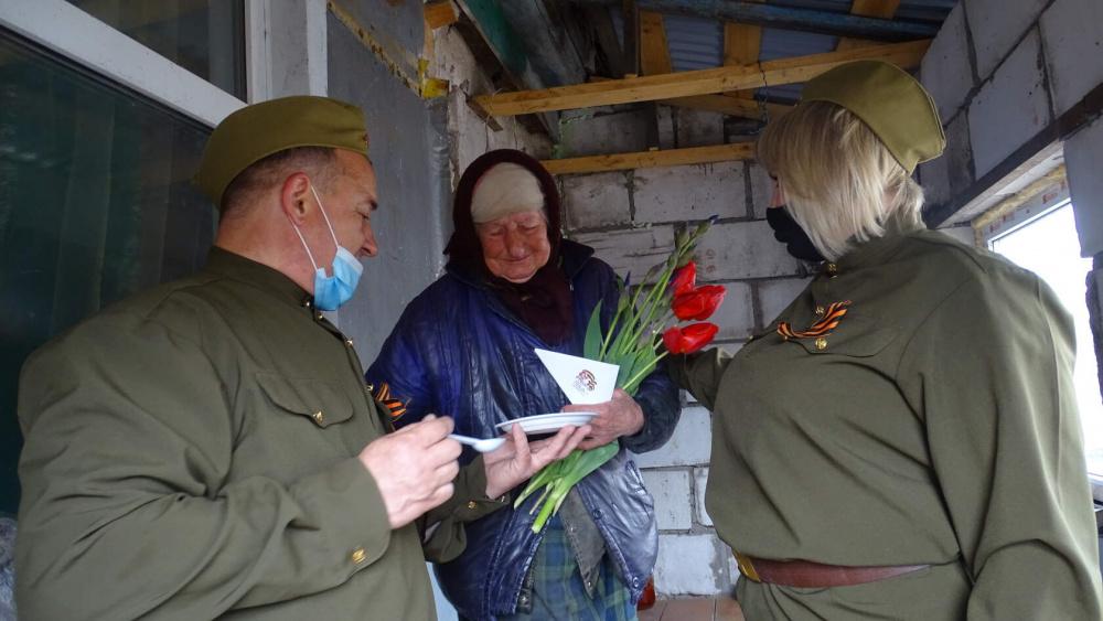 Развоз поздравительных писем и солдатской каши.