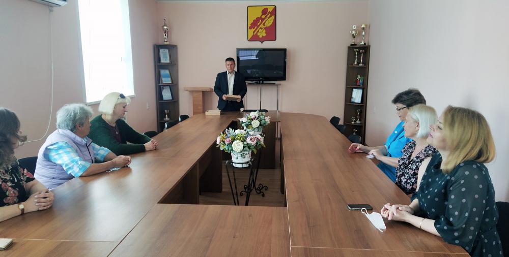 Исполняющий обязанности главы администрации Е.Д. Неретин поздравил социальных работников с праздником