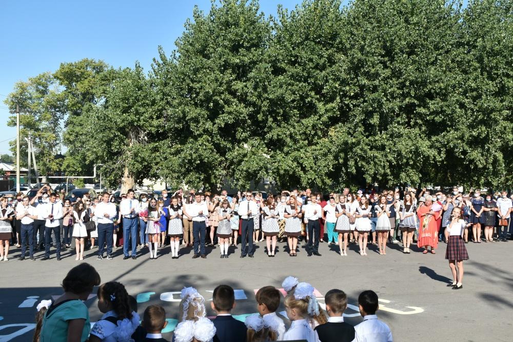 Торжественная линейка, посвященная празднованию Дня знаний