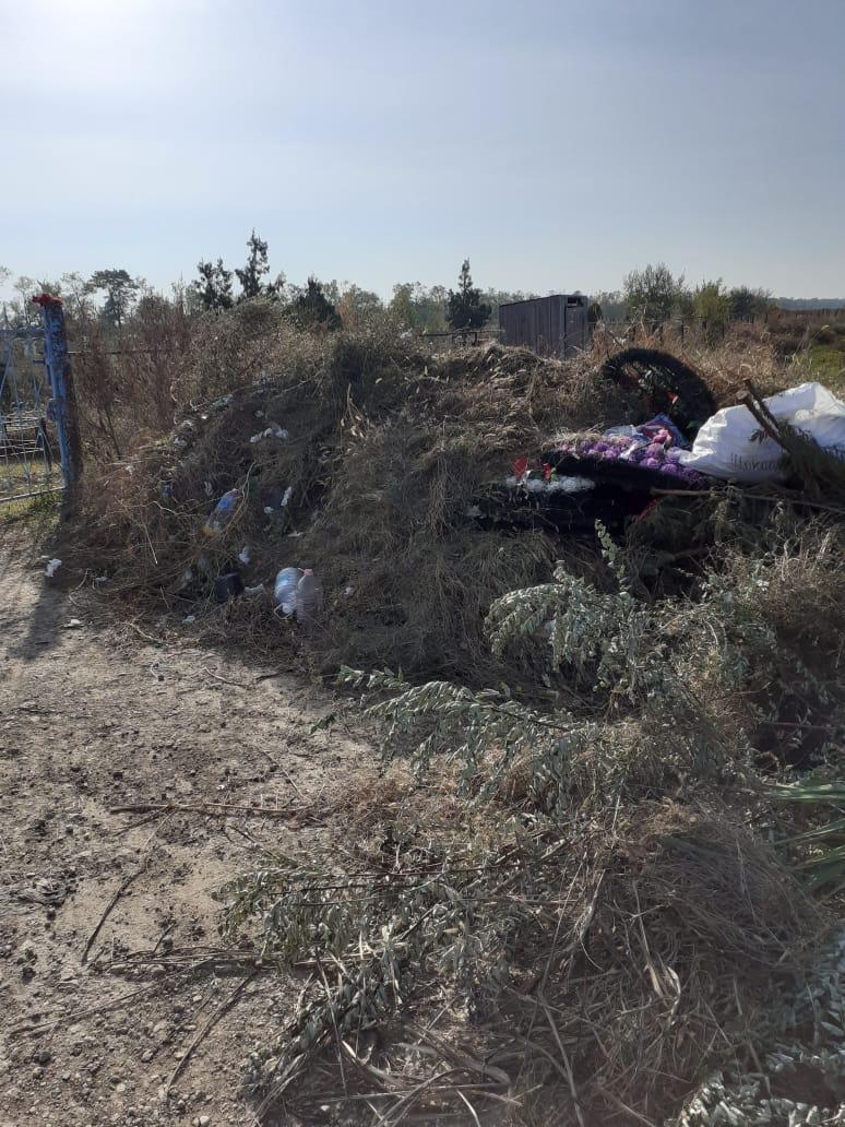 Уборка и вывоз мусора с территории прилегающей к въезду на кладбище.