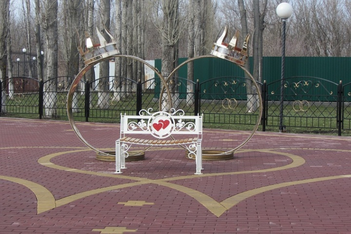 Декоративные кольца в парке