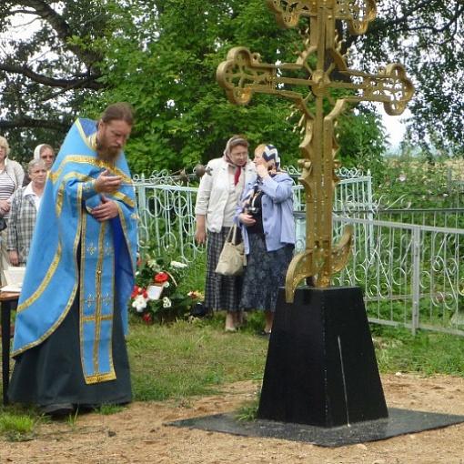 Установка памятного креста