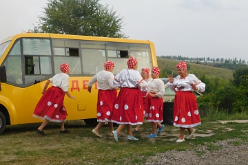 Участники художественной самодеятельности Селявинского сельского Дома культуры с концертом «Кто куда, а мы к соседям» посетили хутор Вязники.