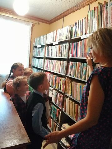 6 сентября в  Ольховатской  сельской библиотеке прошел библиотечный урок – как научить школьников ориентироваться в книжном фонде библиотеки при выборе книг для чтения, формировать навыки и умения выбора книг и воспитывать активного компетентного читателя