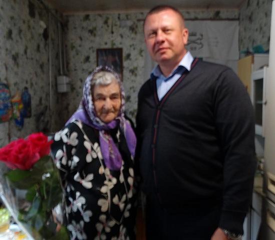 Накануне Дня учителя в сельском поселении  Черновский прошли торжественные мероприятия. Начался день с поздравления ветерана педагогического труда Раисы Алексеевны Макеевой, которая совсем недавно отметила свой 90-летний юбилей.