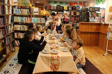 На осенних каникулах библиотекари детской библиотеки  провели для своих читателей  игровую гостиную  «НеобыЧАЙная  церемония»