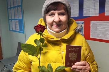 Сотрудники отделения по вопросам миграции Волжского района поздравили представительниц прекрасного пола с Международным женским днем