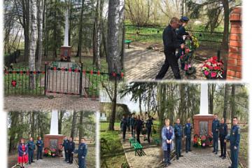 Сотрудники МЧС отремонтировали памятник жителям деревни Чёрный Поток, погибшим в период Великой Отечественной войны