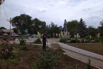 Группа хозяйственного обслуживания  и благоустройство продолжают наводить порядок в городском парке