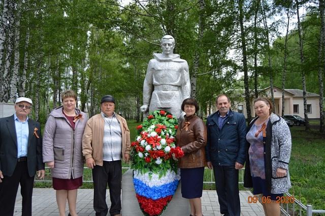 9 мая 2020 года возложили венки к памятнику землякам, погибшим в ВОВ, в поселке Дмитриевка