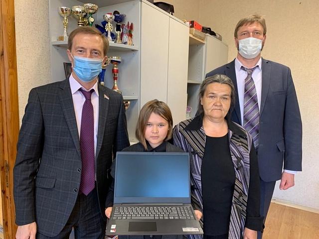В Самарской области «единороссы»  обеспечили компьютерной техникой более 500 школьников из малообеспеченных и многодетных семей.