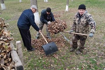 Группа хозяйственного обслуживания и благоустройства г.Городовиковска продолжает наводить порядок в городском парке и прилегающей территории к памятнику Б.Б.Городовикову