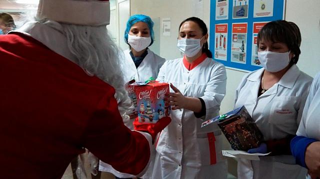 Ёлки в ковид-госпиталях, подарки семьям медиков и ветеранам — добровольцы организуют праздник для тех, кому нужна поддержка