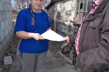 Глава Верхнемазовского сельского поселения Щеголев А.В. вручает памятки о мерах пожарной безопасности