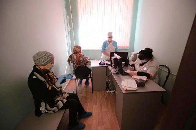 Забота о старшем поколении: пожилых жителей волгоградского региона доставляют в пункты вакцинации
