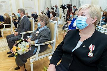 Андрей Бочаров вручил высокие государственные награды жителям Волгоградской области